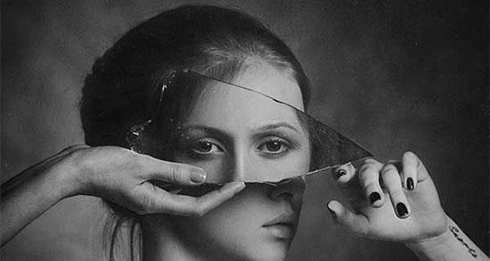 در آینه نگاه میکنم ، متن گاهی به آینه نگاه کن + شعر من و آینه و تنهایی