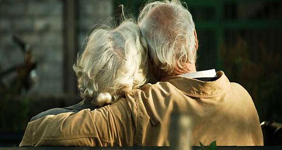 متن عشق پیری ، متن به پای هم پیر شدن + شعر عشق پیری گر بجنبد سر به رسوایی نهد